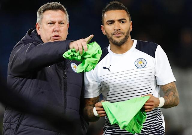 Leicester City's caretaker manager Craig Shakespeare (L) instructs defender Danny Simpson before their English Premier League match against Liverpool, at King Power Stadium in Leicester, on February 27, 2017 (AFP Photo/Adrian Dennis)