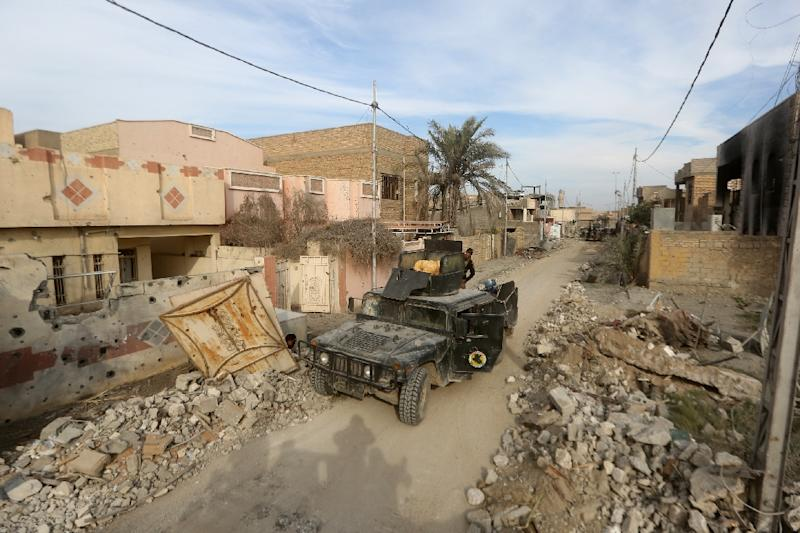 Members of Iraq's elite counter-terrorism service secure on December 27, 2015 the Hoz neighbourhood in central Ramadi, during military operations conducted by Iraqi pro-government forces against the Islamic State (IS) jihadist group (AFP Photo/Ahmad Al-Rubaye)