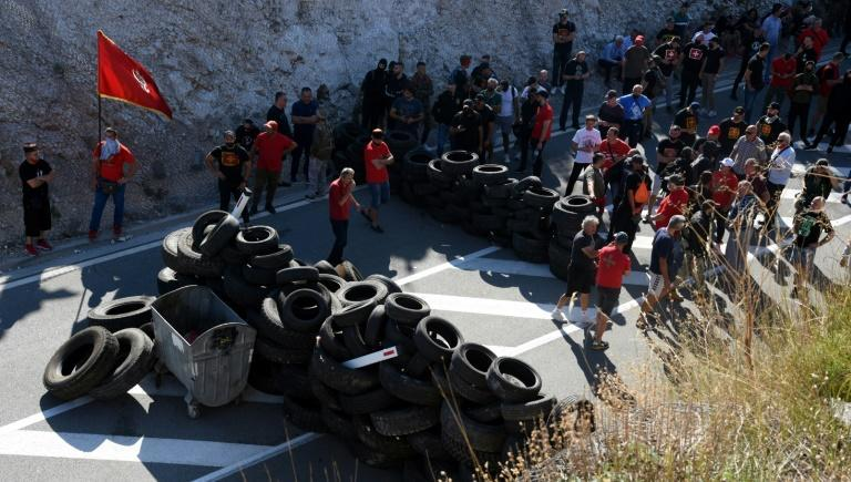 Opponents of the inauguration set up barricades on Saturday to block access roads to Cetinje (AFP/SAVO PRELEVIC)
