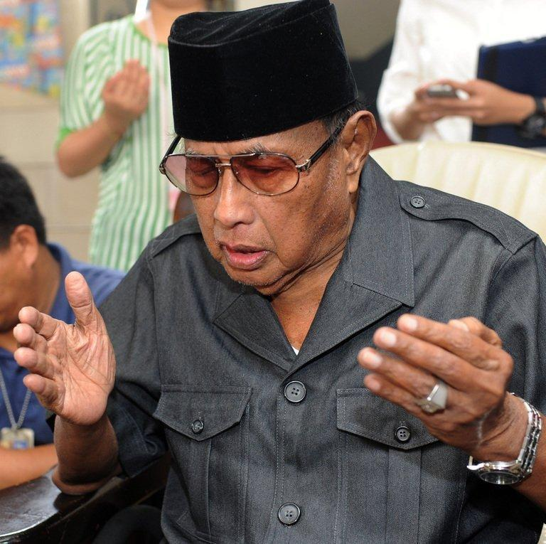 Jamalul Kiram III, a self-proclaimed sultan, seen here praying in Manila, on March 3, 2013. Five Malaysian policemen and two gunmen have died in a fresh clash on Borneo island, as fears mount that violence linked to a deadly standoff with Filipino followers of the sultan is spreading