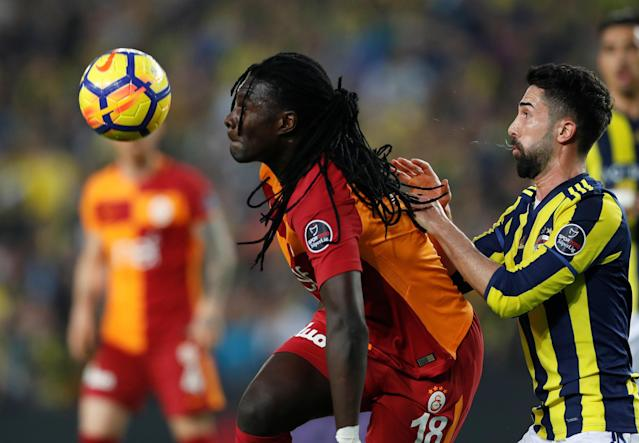 Soccer Football - Turkish Super League - Fenerbahce S.K vs Galatasaray - Sukru Saracoglu Stadium, Istanbul, Turkey - March 17, 2018 Galatasaray's Bafetimbi Gomis in action with Fenerbahce's Hasan Ali Kaldirim REUTERS/Murad Sezer
