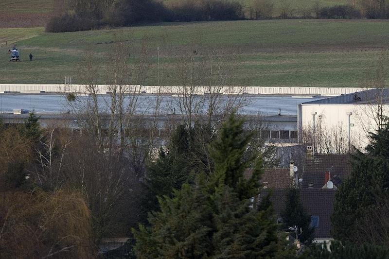 French commandos take up a position on a building in Dammartin-en-Goele, north-east of Paris, where two brothers suspected in an attack on French satirical newspaper Charlie Hebdo held one person hostage on January 9, 2015 (AFP Photo/Joel Saget)