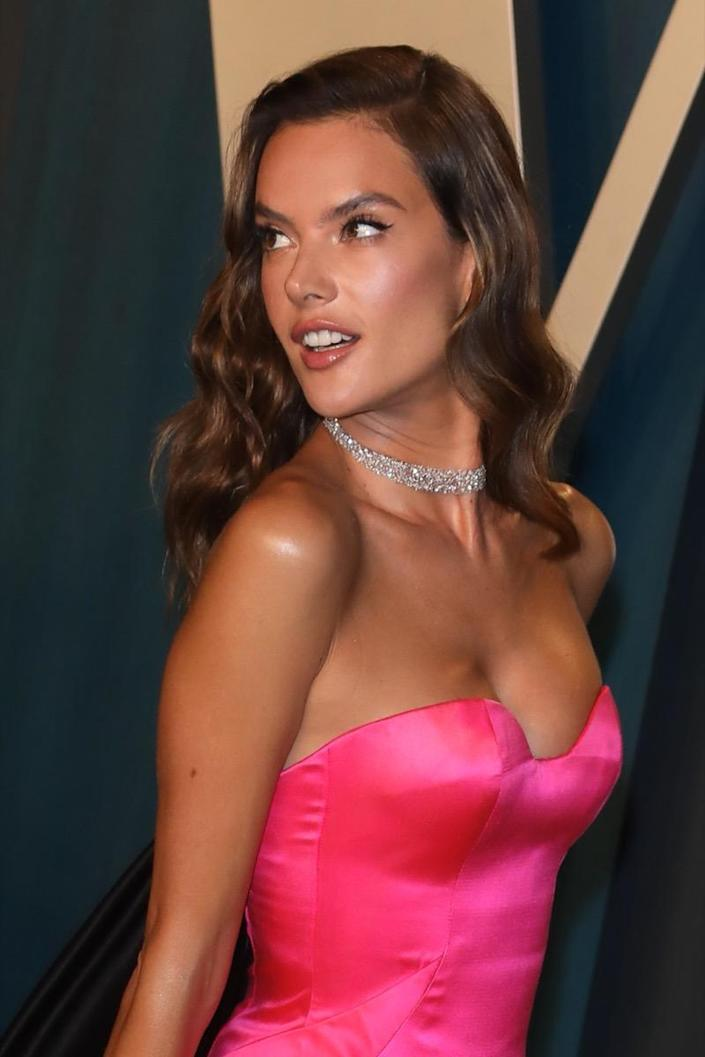 BEVERLY HILLS, CALIFORNIA - FEBRUARY 09: Alessandra Ambrosio attends the 2020 Vanity Fair Oscar Party at Wallis Annenberg Center for the Performing Arts on February 09, 2020 in Beverly Hills, California. (Photo by Toni Anne Barson/WireImage)