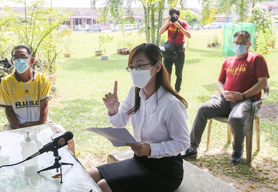 Canning assemblyman Jenny Choy speaking to reporters at Laluan Perajurit 18 over the issue of water disruptions in Ipoh July 22, 2021. ― Picture by Farhan Najib