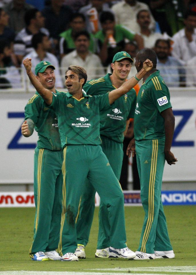 South Africa's Sohail Tanvir (2nd L) celebrates with his team mates the wicket of Pakistan's Abdul Razzaq during their second Twenty20 international cricket match in Dubai November 15, 2013. REUTERS/Nikhil Monteiro (UNITED ARAB EMIRATES - Tags: SPORT CRICKET)