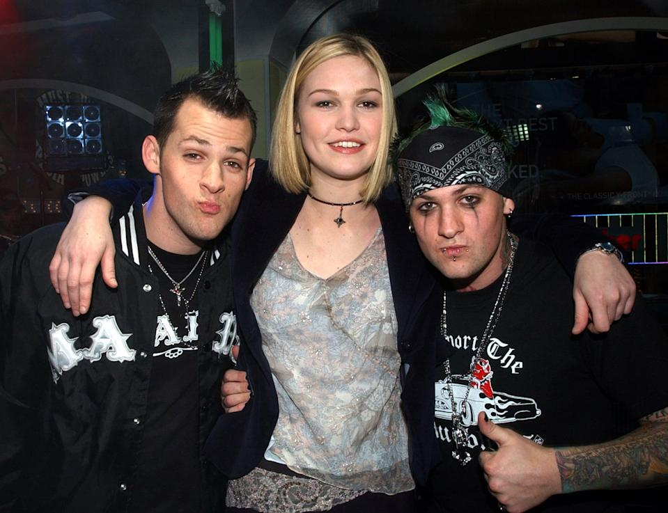<p>Julia Stiles posed with the guys of Good Charlotte on <b>TRL</b> in 2003.</p>