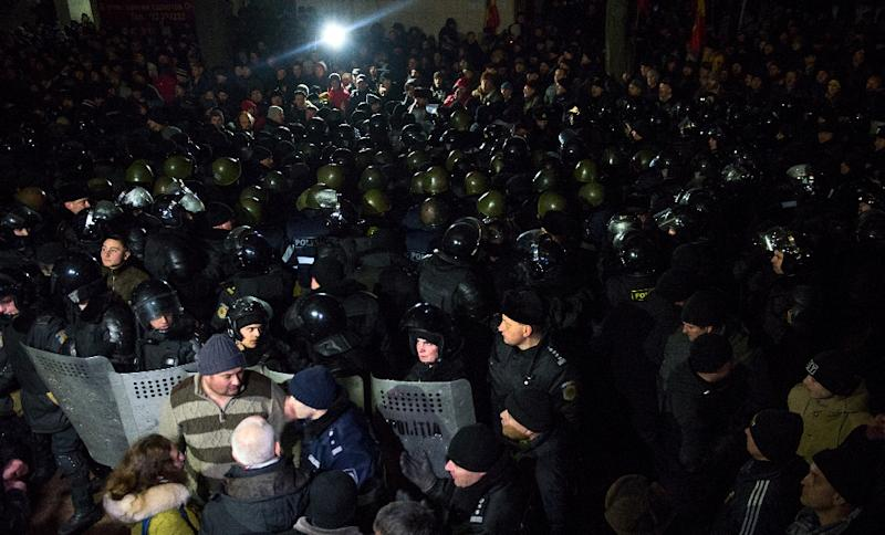 Moldovan riot police block the parliament building from protesters in Chisinau on January 20, 2016 (AFP Photo/Dorin Goian)