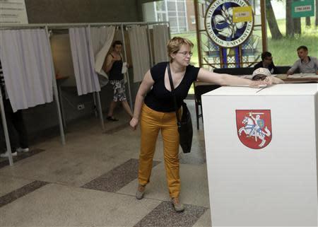 A woman casts her vote during European Parliament and Lithuania's presidential elections in Vilnius May 25, 2014. REUTERS/Ints Kalnins