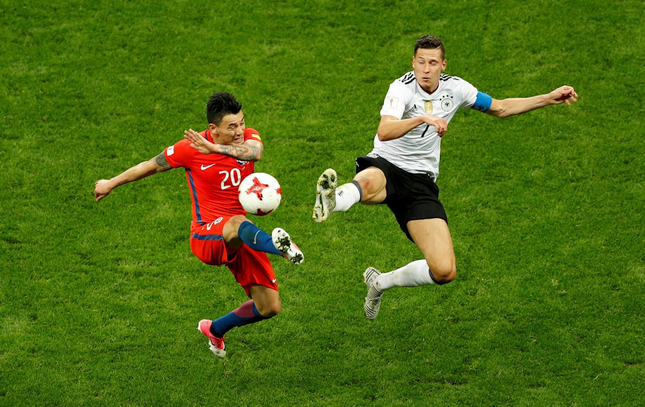Soccer Football - Germany v Chile - FIFA Confederations Cup Russia 2017 - Group B - Kazan Arena, Kazan, Russia - June 22, 2017   Germany's Julian Draxler in action with Chile's Charles Aranguiz   REUTERS/John Sibley     TPX IMAGES OF THE DAY