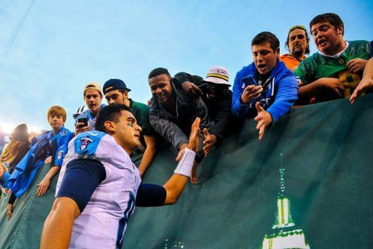 Marcus Mariota mingles with fans. (Getty Images)