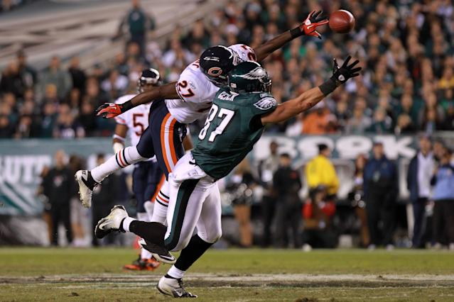 PHILADELPHIA, PA - NOVEMBER 07: Brent Celek #87 of the Philadelphia Eagles tries to catch a pass against Major Wright #27 of the Chicago Bears during the first half of the game at Lincoln Financial Field on November 7, 2011 in Philadelphia, Pennsylvania. (Photo by Nick Laham/Getty Images)