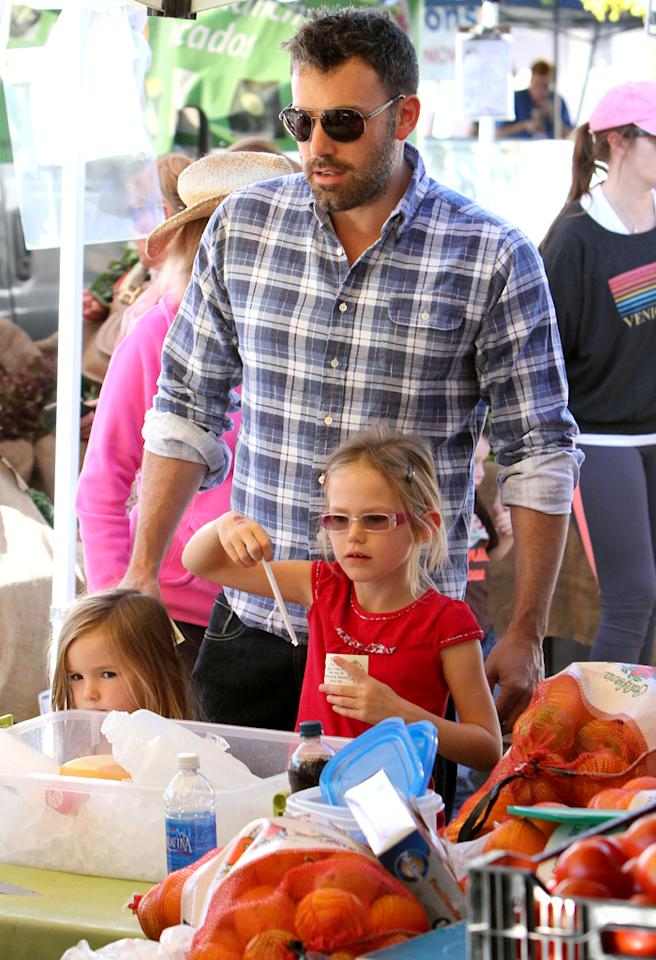 While Jennifer Garner ran errands in Brentwood, Ben Affleck took the girls to the farmer's market.