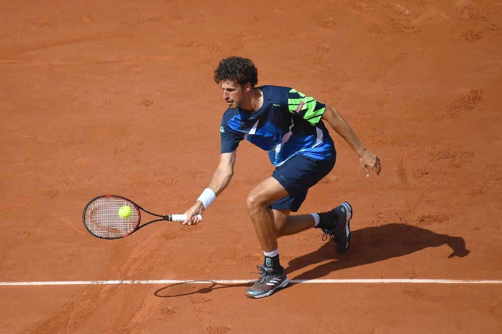 Netherlands' Robin Haase returns the ball to Spain's Rafael Nadal during their tennis match at the Roland Garros 2017 French Open on May 31, 2017 in Paris. (AFP Photo/Eric FEFERBERG)