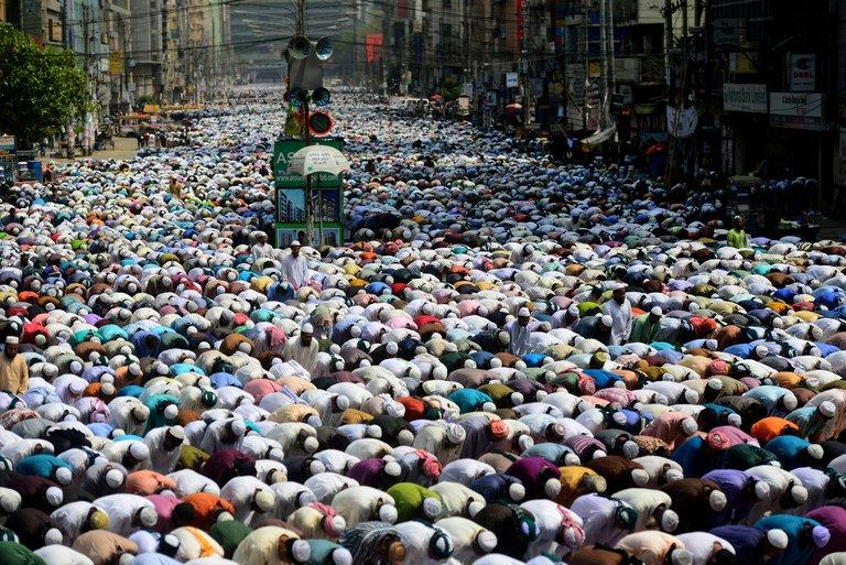 Supporters of the Islami Andolan Bangladesh pray in Dhaka, on March 29, 2013
