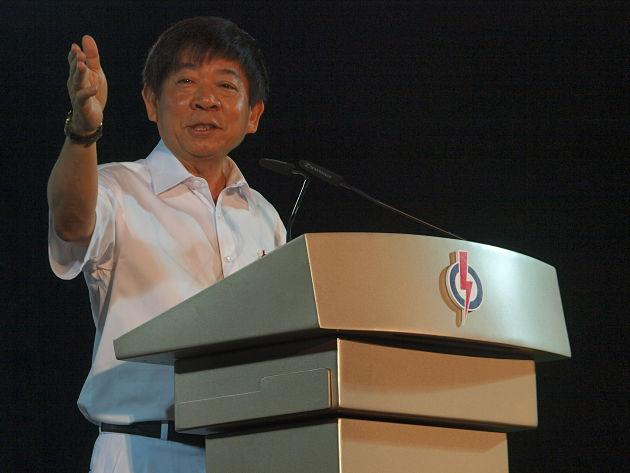Khaw Boon Wan, minister for national development, giving a speech in 2012 urging voters to look forward to a new future in Hougang with PAP candidate Desmond Choo. (Yahoo! Singapore/ Alvin Ho)
