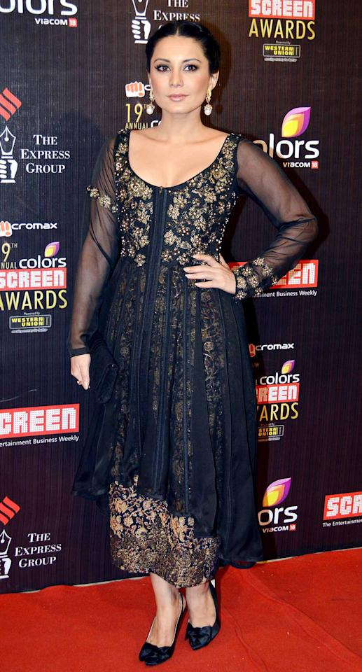 Initially it looks like and anarkali suit but it's not. Yet Minisha looks lovely in this black and gold ensemble.