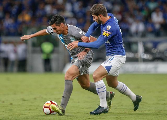 Soccer Football - Copa Libertadores - Brazil's Cruzeiro v Argentina's Racing Club - Mineirao stadium, Belo Horizonte, Brazil - May 22, 2018 - Lucas Silva (R) of Cruzeiro and Diego Gonzalez of Racing Club in action. REUTERS/Cristiane Mattos
