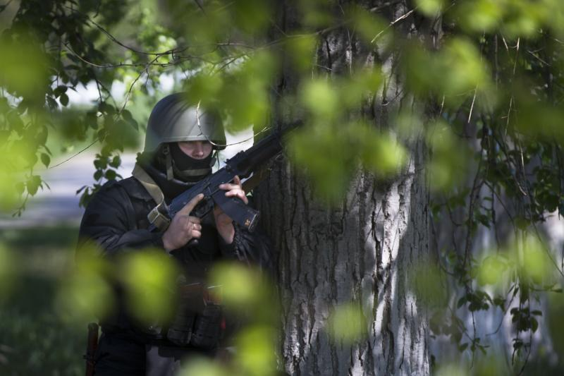 A Ukrainian government soldier takes up a position while patrolling on a country road outside the town of Svyitohirsk near Slovyansk, eastern Ukraine on Saturday, April 26, 2014. Ukrainian authorities are undertaking a security operation to liberate the nearby city of Slovyansk, which is currently controlled by an armed pro-Russian insurgency. (AP Photo/Alexander Zemlianichenko)