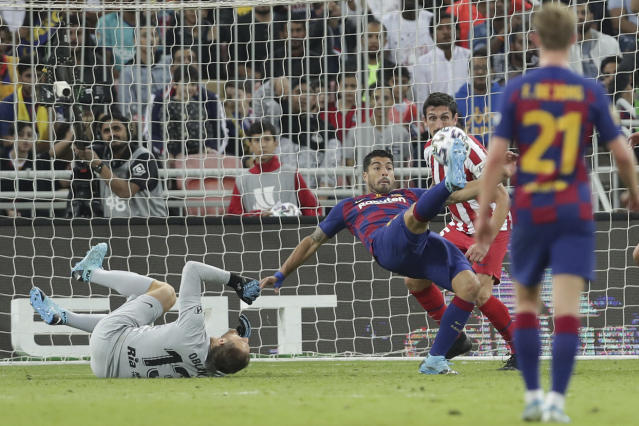 Barcelona's Luis Suarez, center, plays the ball during the Spanish Super Cup semifinal soccer match between Barcelona and Atletico Madrid at King Abdullah stadium in Jiddah, Saudi Arabia, Thursday, Jan. 9, 2020. (AP Photo/Hassan Ammar)