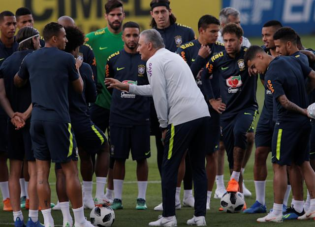 Football Soccer - World Cup 2018 - Brazil national soccer team training - Granja Comary, Teresopolis, Brazil - May 25, 2018 Brazil's head coach Tite talks with his players. REUTERS/Ricardo Moraes