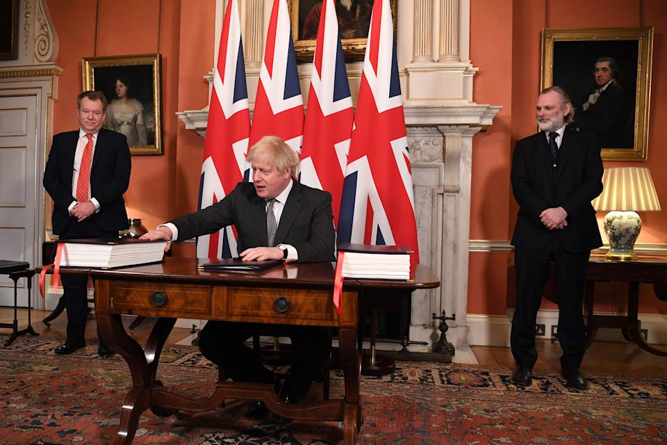 Boris Johnson firma un acuerdo con la Unión Europea. (Photo by LEON NEAL/POOL/AFP via Getty Images)