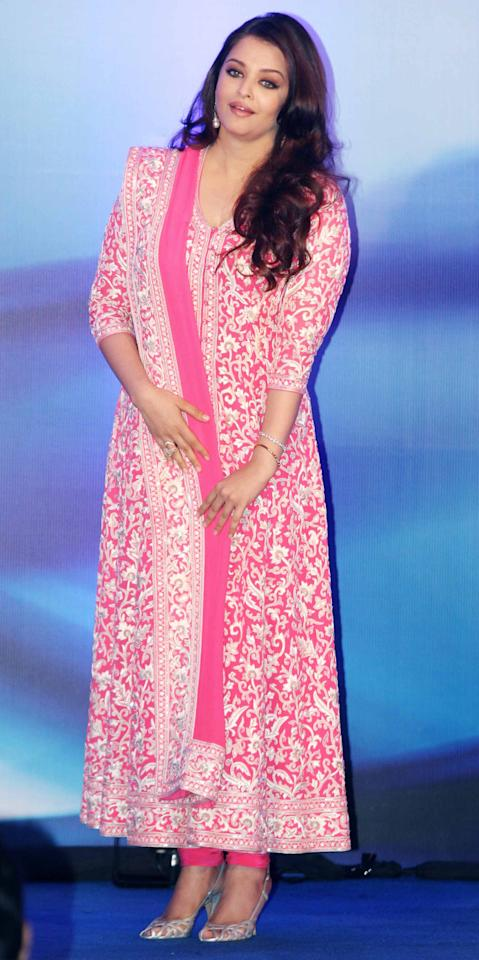 Aishwarya's full length pink anarkali is one of those rare and perfect outfits which can be worn for any of the big functions for a wedding. Be it an engagement, the wedding ceremony or the reception, this one can be worn to any of the occasions.