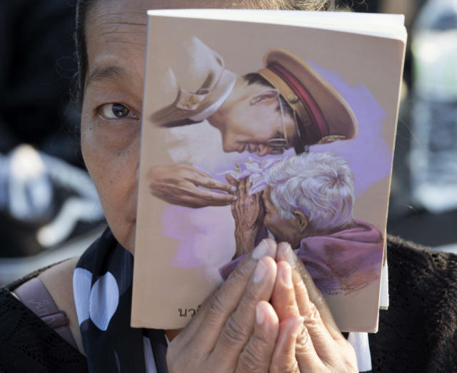 <p>A Thai mourner holding a picture of late Thai King Bhumibol Adulyadej prays in front of the royal crematorium in Bangkok, Thailand early Friday, Oct. 27, 2017. (Photo: Kittinun Rodsupan/AP) </p>
