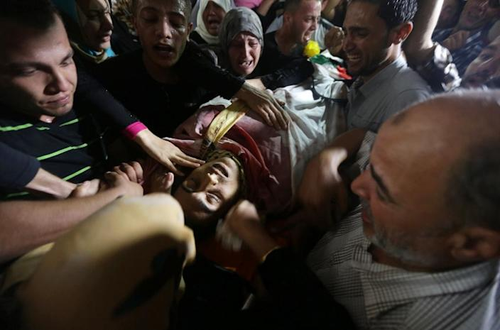 Palestinian mourners carry the body of Mahmud Homaida -- who was killed by Israeli military near the Nahal Oz border crossing between Israel and the Gaza Strip -- during his funeral in Gaza City, on October 17, 2015 (AFP Photo/Mahmud Hams)