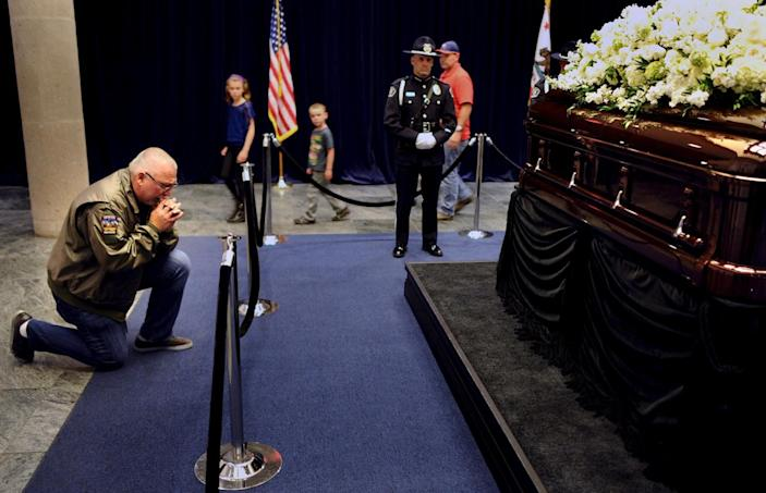 <p>Visitor Steven Leslie prays in front of the casket of former first lady Nancy Reagan as she lies in repose at the Ronald Reagan Presidential Library, in Simi Valley, Calif., March 9, 2016. <i>(Photo: Wally Skalij/Reuters)</i></p>