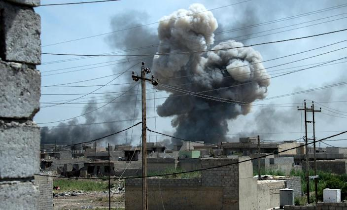 Smoke billows after a reported air strike on the northwestern Al-Haramat neighbourhood of Mosul on May 9, 2017 (AFP Photo/FADEL SENNA)