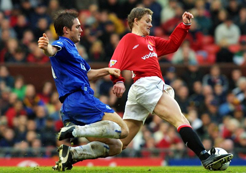MANCHESTER, UNITED KINGDOM: Chelsea's Frank Lampard (L) chases down Manchester United's Ole Gunnar Solskjaer (R) during the Premier League match at Old Trafford in Manchester 01December 2001. Chelsea won the match 3-0. AFP PHOTO Adrian DENNIS (Photo credit should read ADRIAN DENNIS/AFP/Getty Images)