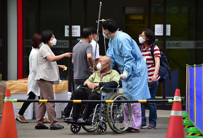 A nurse moves a man (C), suspected of carrying MERS virus, at the Samsung Medical Centre in Seoul, on June 8, 2015 (AFP Photo/Jung Yeon-Je)