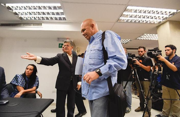 Venezuelan opposition spokesman Jesus Torrealba (C), of the Democratic Unity Roundtable (MUD), and president of the National Assembly, Henry Ramos Allup (L) arrive for a press conference (AFP Photo/Juan Barreto)
