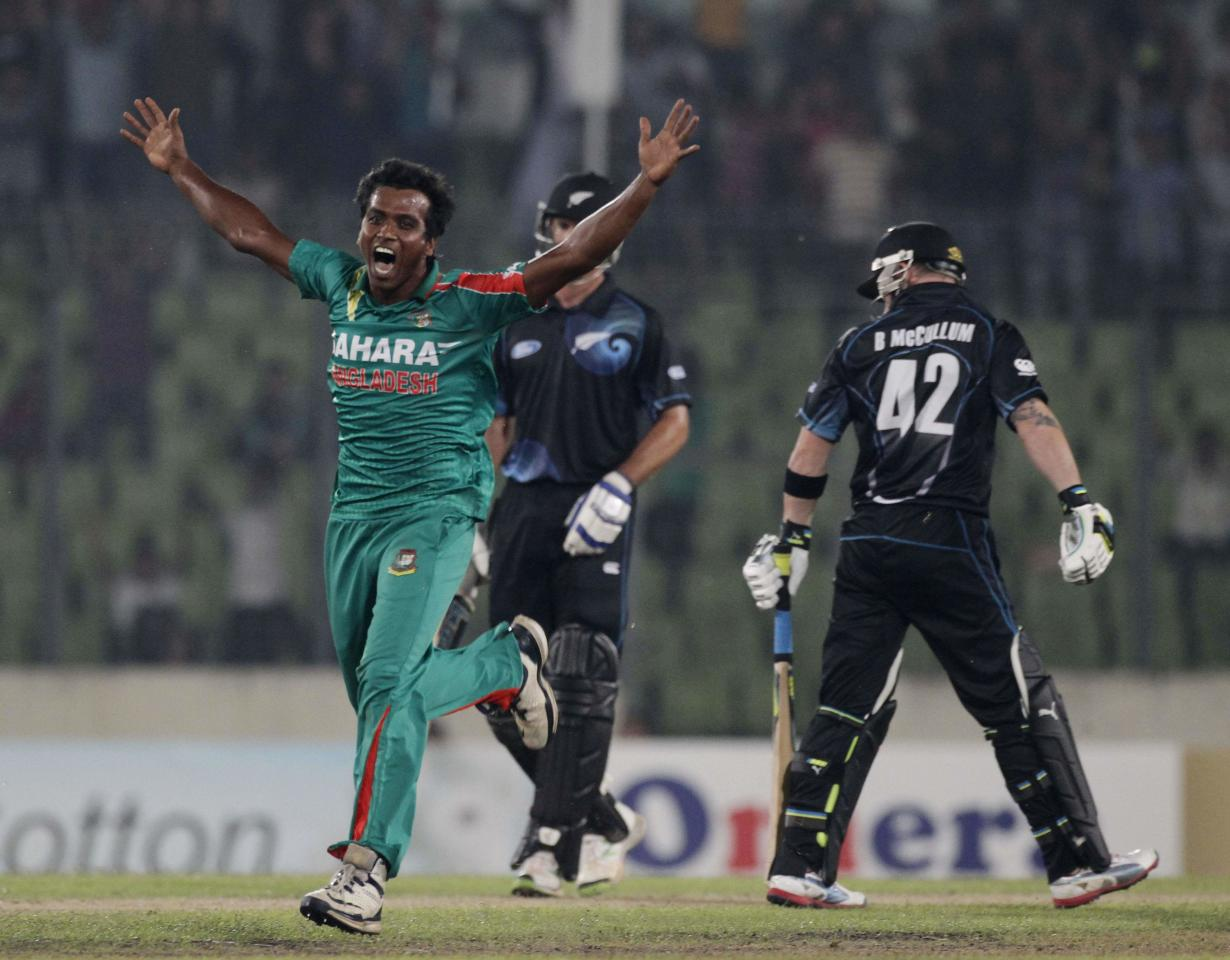 New Zealand's Brendon McCullum (R) leaves the field as Bangladesh's Rubel Hossain celebrates his dismissal during their first one-day international (ODI) cricket match in Dhaka October 29, 2013. REUTERS/Andrew Biraj (BANGLADESH - Tags: SPORT CRICKET)