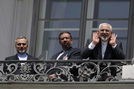 Iranian Foreign Minister Mohammad Javad Zarif (R) talks to journalist from a balcony of the Palais Coburg hotel where the Iran nuclear talks are being held in Vienna, Austria July 10, 2015. REUTERS/Carlos Barria
