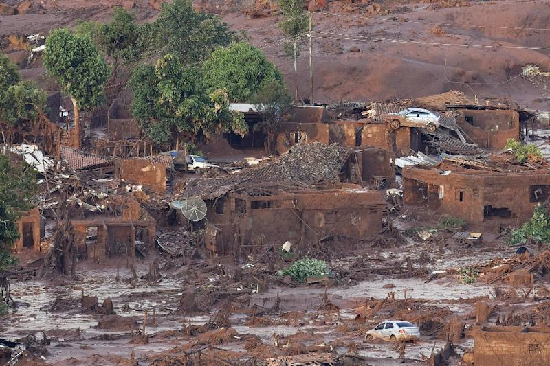 A general view where a dam burst in the village of Bento Rodrigues, in Mariana, the southeastern Brazilian state of Minas Gerais on November 6, 2015 (AFP Photo/Douglas Magno)