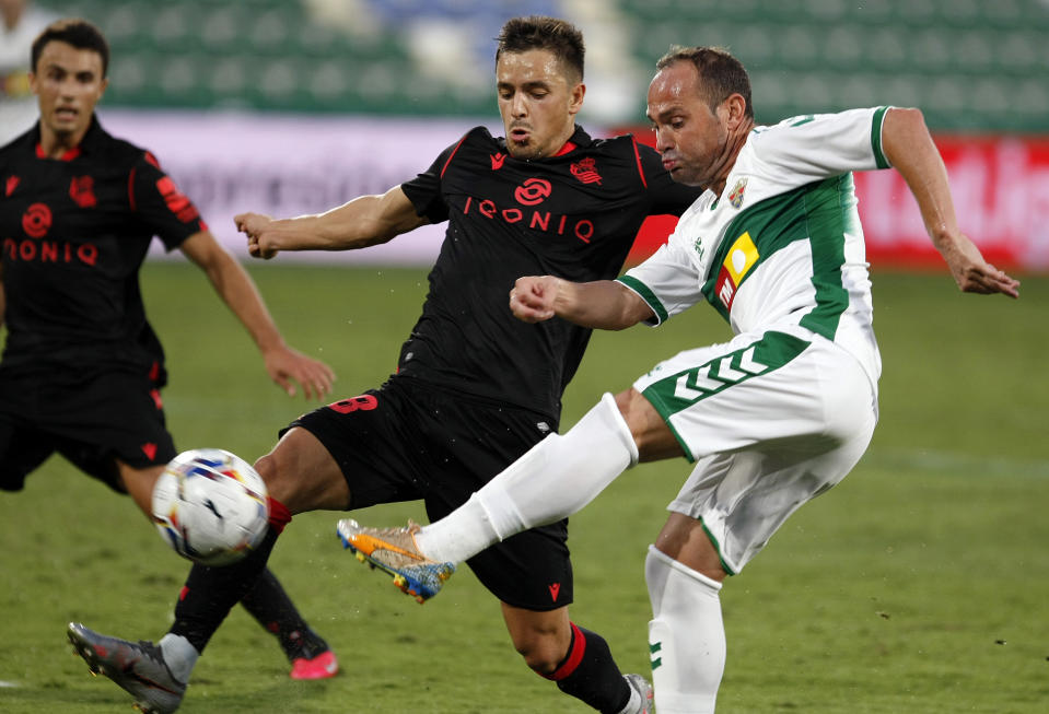 Elche club captain Nino (right) is still going strong at age 40. (PHOTO: LaLiga Santander)