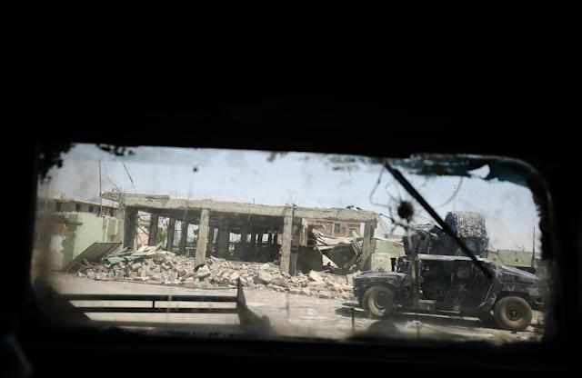 <p>A picture taken through a windshield shows Iraqi forces advancing through the Old City of Mosul on June 24, 2017 during the ongoing offensive to retake the last district held by the Islamic State (IS) group. (Photo: Ahmad al-Rubaye/AFP/Getty Images) </p>