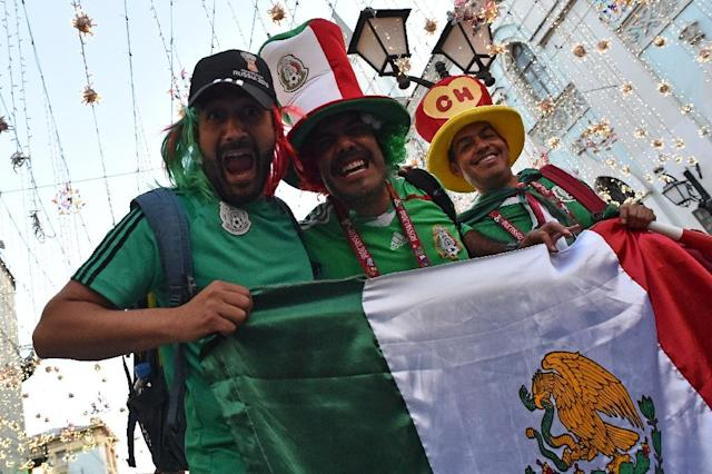 Mexico's national football team supporters cheer outside the Kremlin (AFP Photo/Vasily MAXIMOV)