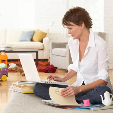 Woman-sitting-on-floor-in-lounge-room-using-laptop_web