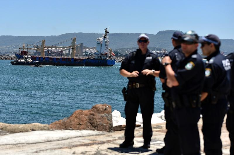 Australian police cordon the area as a ship transporting reprocessed nuclear waste arrives at Port Kembla in New South Wales on December 5, 2015 (AFP Photo/Saeed Khan)