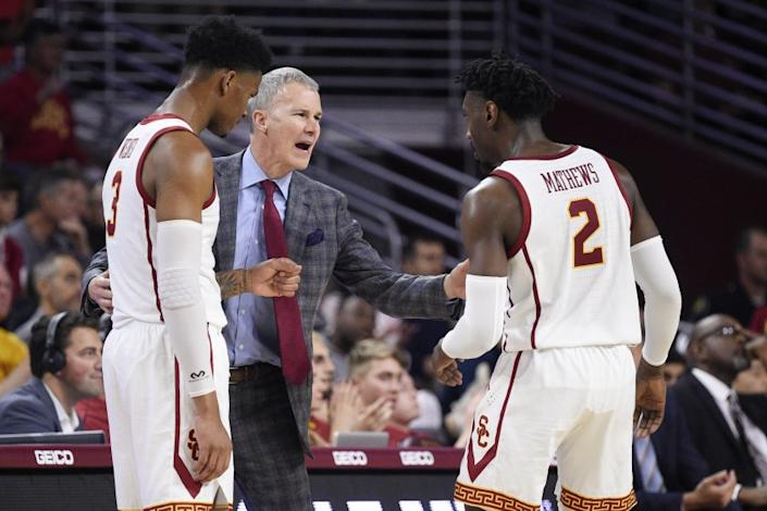 Southern California head coach Andy Enfield, center, speaks with Jonah Mathews, right, and Elijah Weaver during the second half of an NCAA college basketball game against Stanford in Los Angeles, Saturday, Jan. 18, 2020. Southern California won 82-78. (AP Photo/Kelvin Kuo)