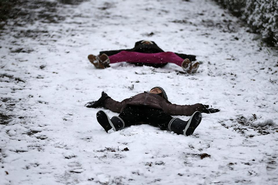 Unos niños disfrutan de la nieve en el Parque del Retiro de Madrid. (Photo by Senhan Bolelli/Anadolu Agency via Getty Images)