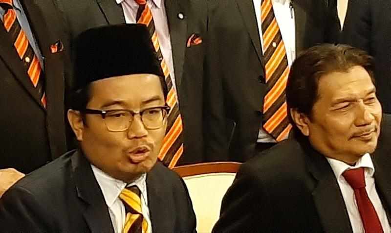 Jemoreng State Assemblyman Datuk Dr Juanda Jaya (left) speaking to reporters, says he has no intention to hurt the feelings of any race, November 12, 2019. — Picture by Sulok Tawie