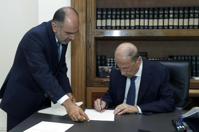 President Michel Aoun signs a decree for the formation of a new Lebanese government (AFP/STRINGER)