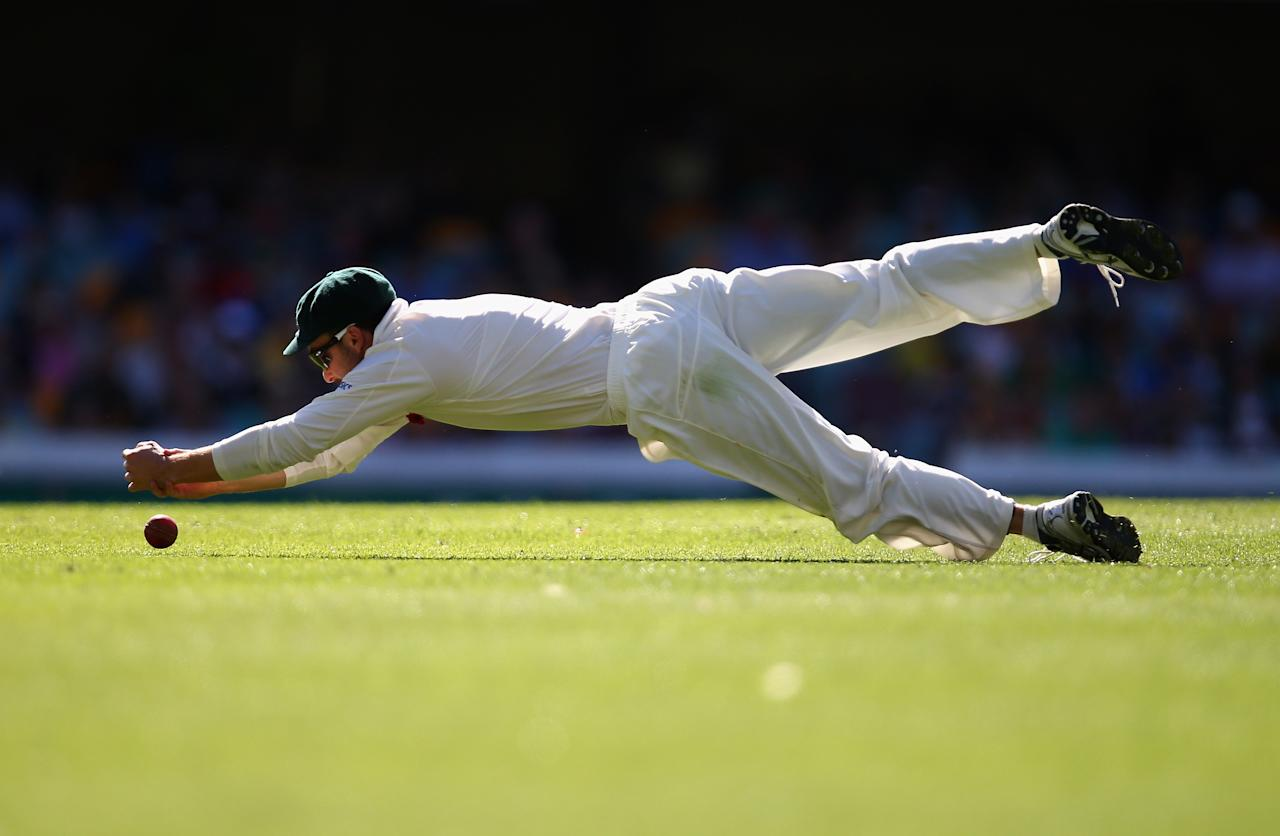 BRISBANE, AUSTRALIA - NOVEMBER 11:  Ed Cowan of Australia drops a catch during day three of the First Test match between Australia and South Africa at The Gabba on November 11, 2012 in Brisbane, Australia.  (Photo by Ryan Pierse/Getty Images)