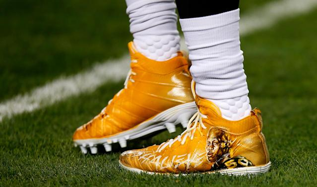 <p>Robert Golden #20 of the Pittsburgh Steelers warms up wearing special cleats for teammate Ryan Shazier #50 who was injured in a game last week before the game against the Baltimore Ravens at Heinz Field on December 10, 2017 in Pittsburgh, Pennsylvania. (Photo by Justin K. Aller/Getty Images) </p>