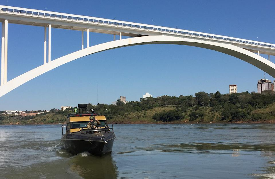 Brazilian border police patrol the Parana River that separates their country from Paraguay in Foz do Iguacu, Brazil, July 27, 2016. REUTERS/Stephen Eisenhammer