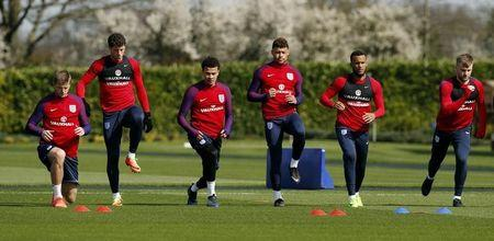 England's Eric Dier, Ross Barkley, Dele Alli, Alex Oxlade Chamberlain, Ryan Bertrand and Luke Shaw during training