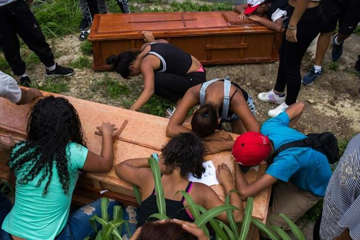 Relatives and friends mourn at the burial of Johander Perez and Wuilkerman Ruiz -- their loved ones say they were killed by FAES agents (AFP Photo/STR)